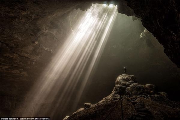 """Trong chuyến đi tới hang Jomblang ở Indonesia, Dale Johnson đã mạo hiểm trèo lên tảng đá trơn tuột để chụp """"bức ảnh selfie khó khăn nhất trong đời"""" và đoạt vị trí số 2 trong cuộc thi."""