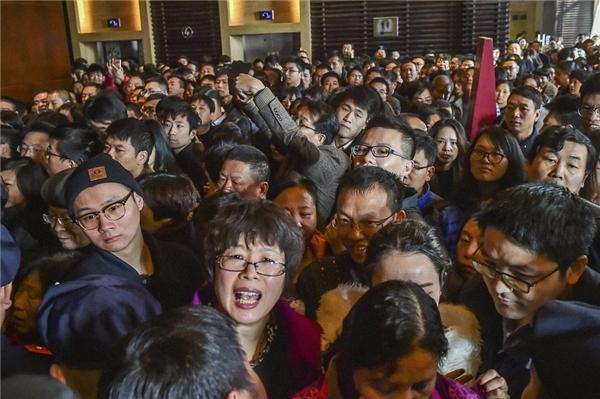 Mọi người chen chúc nhau tại một cửa hàng ở Hàng Châu, Chiết Giang