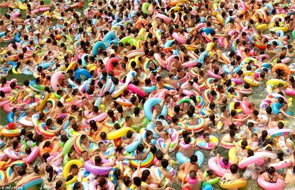 """Bể bơi tại huyện Đại Anh, Toại Ninh, Tứ Xuyên chật cứng người đến """"thư giãn"""" vào mùa hè vừa qua."""
