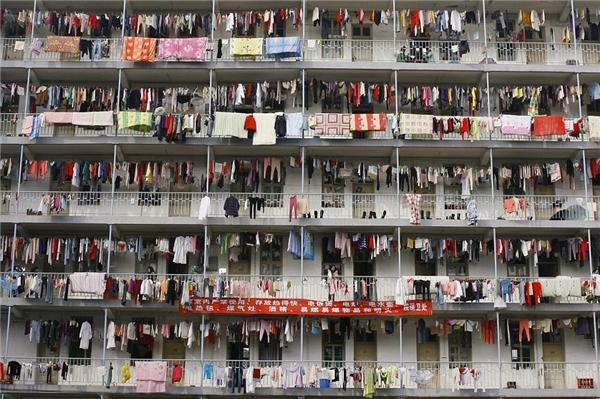 Nhìn đống quần áo treo chằng chịt tại kí túc xá ở Vũ Hán thế này cũng đủ biết sinh viên trường này đông đến mức nào, và đây chỉ mới là một khu thôi nhé.