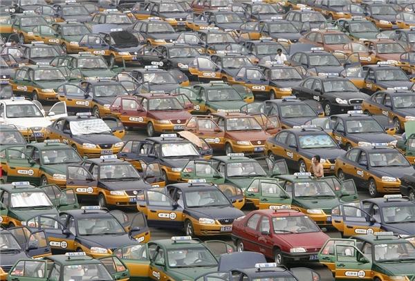 Hàng nghìn chiếc taxi đang đứng chờ khách bên ngoài sân bay quốc tế Bắc Kinh.