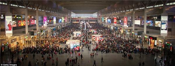 Ga Hồng Kiều, Thượng Hải lúc nào cũng kẹt cứng vì quáđông người dân và cả khách du lịch.