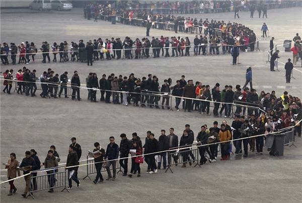 """Dân số đông khiến cạnh tranh việc làm càng khó khăn hơn, các hội chợ việc làm tại Trung Quốc luôn là điểm """"thu hút"""" hàng nghìn người."""