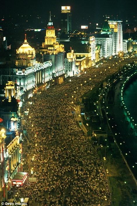 Từ sáng đến tối, bến Thượng Hải không bao giờ thiếu bóng người.