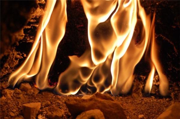 Khi quần áo bị bén lửa cháy hãy nằm lăn xuống đất. (Ảnh: Internet)