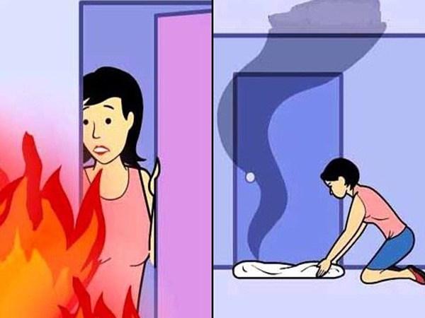 Nhét vật dụng thấm nước vào khe cửa để chặn khói độc. (Ảnh: Internet)