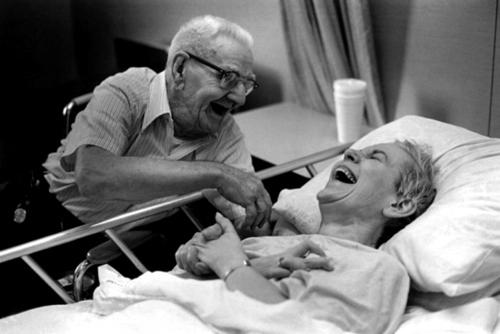 Ở những giây phút cuối đời, tình yêu vẫn là thứ trường tồn và giúp con người ta chiến thắng mọinỗi đau. Điều duy nhất còn lại sẽ là nụ cười hạnh phúc.