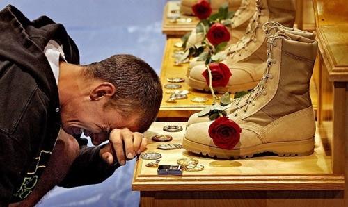 Người đàn ông cũng phải bật khóc trước những di vật của những người bạn đã nằm xuống tại chiến trường.