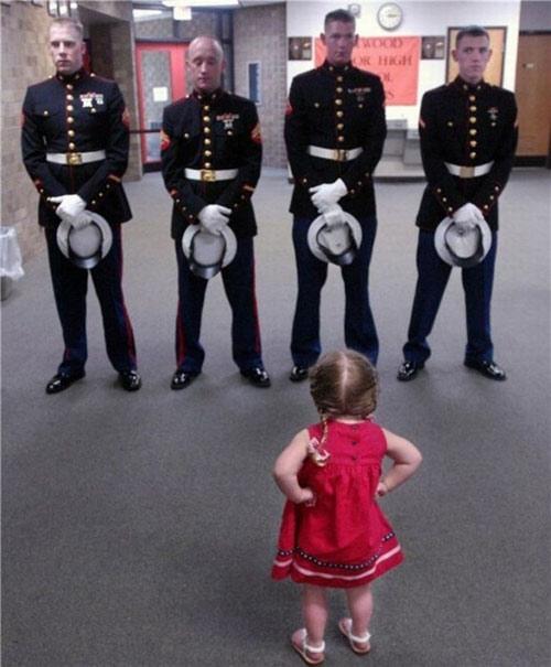 Hình ảnh siêu đáng yêu của em bé khiến ai nhìn thấy cũng phải bật cười.