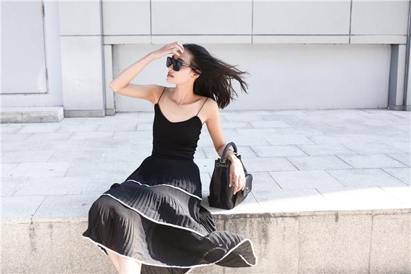 Sau khoảng thời gian làm việc, sinh sống tại các kinh đô thời trang lớn của thế giới, phong cách của Trang Khiếu ít nhiều chịu sự ảnh hưởng bởi nét hiện đại, cá tính và rất phóng khoáng, đôi khi khiến khán giả tò mò, thắc mắc. Trong loạt hình ảnh mới nhất, nữ người mẫu mang đến hình ảnh hiền hòa hơn nhưng vẫn cực chất với những trang phục hợp xu hướng.