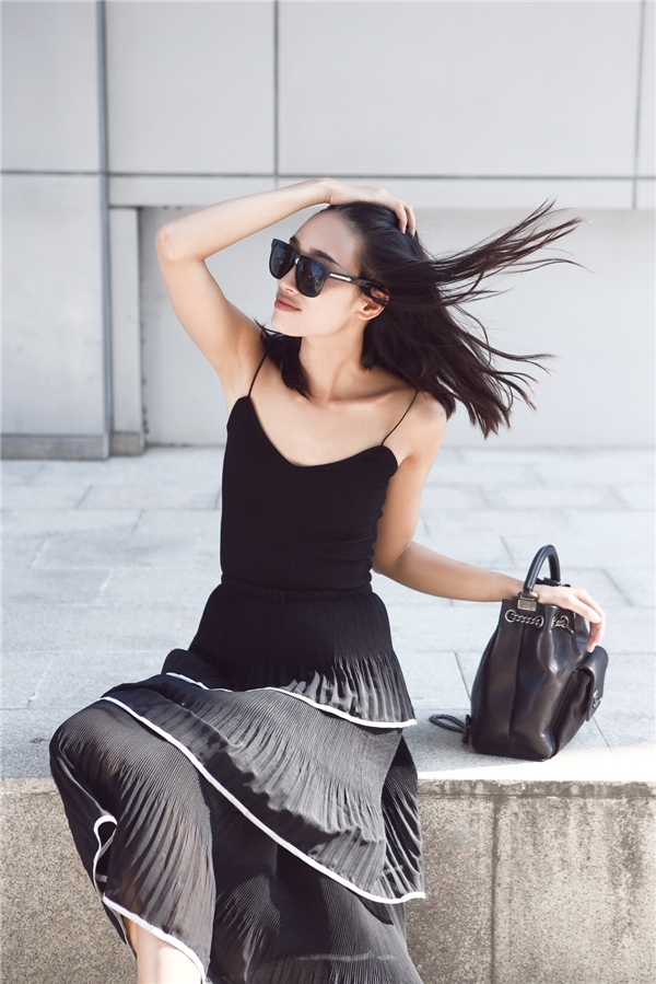 Sắc đen huyền diệu vừa giúp Trang Khiếu trông cá tính, mạnh mẽ nhưng vẫn ẩn chứa nhiều cung bậc cảm xúc thú vị.
