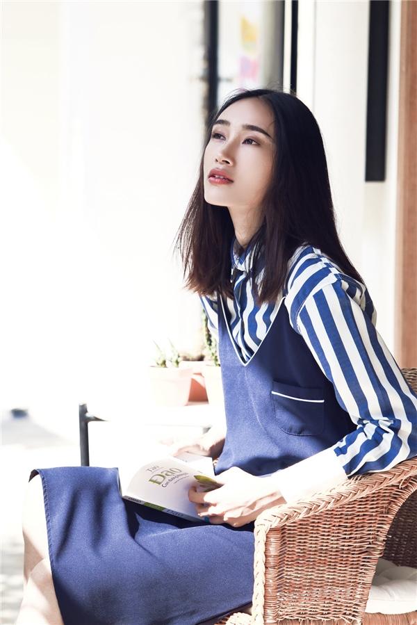 Trong những ngày tiết trời se lạnh đầu thu, áo sơ mi dài tay kết hợp dáng váy rộng bên ngoài sẽ giúp bạn thực sự tỏa sáng, thu hút như quán quân Vietnam's Next Top Model 2010. Sắc xanh navy kết hợp tông trắng thanh khiết truyền thống tạo nên một tổng thể hài hòa, bắt mắt.