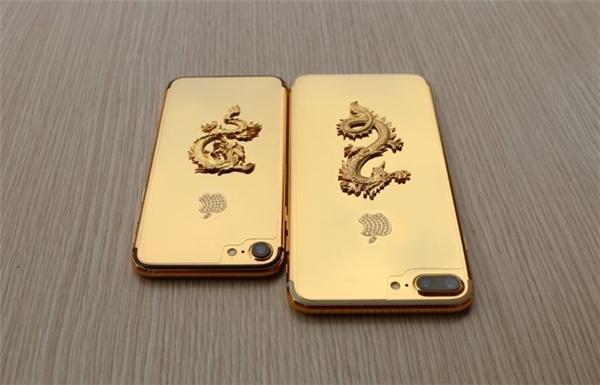 iPhone 7 (trái) và iPhone 7 Plus được mạ vàng rồng. (Ảnh:internet)