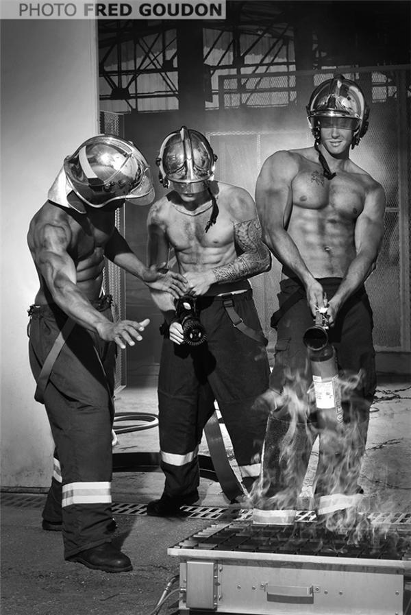 Bỏng mắt với bộ lịch của những chàng lính cứu hỏa Pháp sáu múi