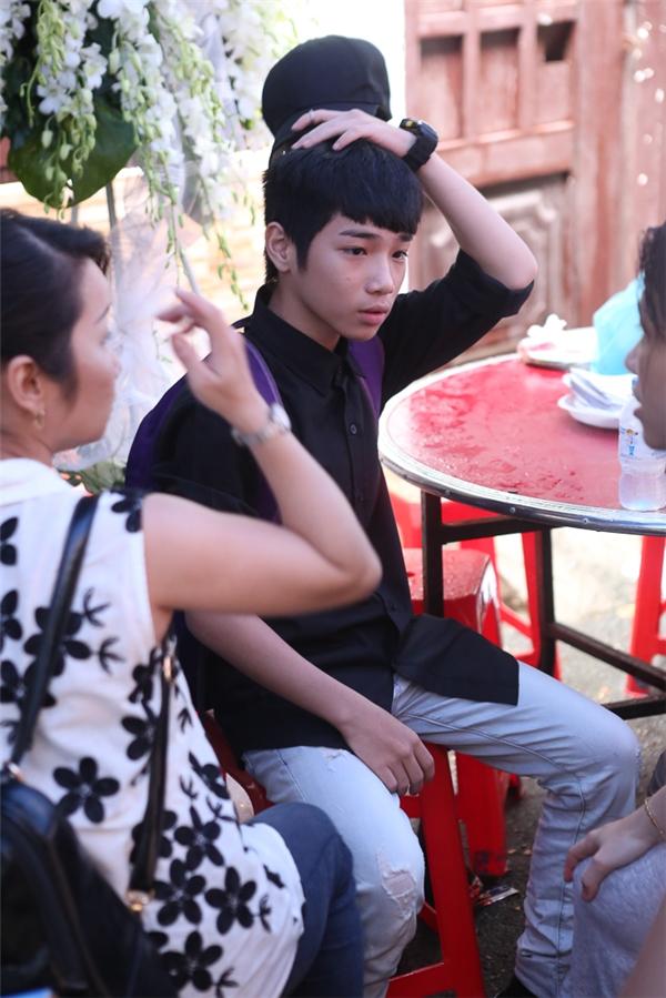 Cậu bé là con trai của một người trợ lý rất thân thiết với Minh Thuận và được nam ca sĩ nhận nuôi. Hai cha con cũng từng cùng nhau tham gia chương trình Gương mặt thân quen nhí 2014. - Tin sao Viet - Tin tuc sao Viet - Scandal sao Viet - Tin tuc cua Sao - Tin cua Sao
