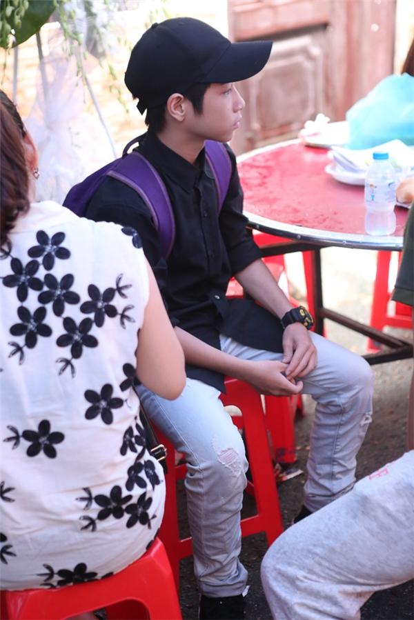 Anh Duy - con nuôi Minh Thuận (áo đen)lặng người trong đám tang. - Tin sao Viet - Tin tuc sao Viet - Scandal sao Viet - Tin tuc cua Sao - Tin cua Sao