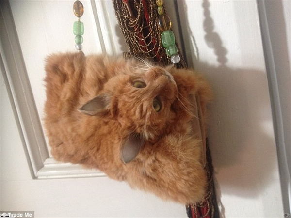 Chiếc túi đầu mèo được rao bánvới giá khởi điểm hơn 32 triệu VNĐ.