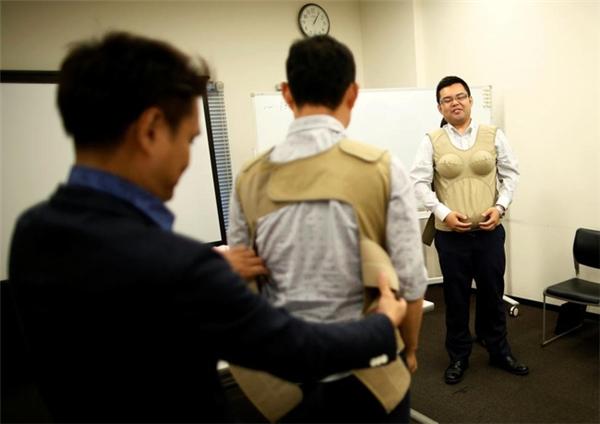 Các học viên đang mặc một chiếc áo khoác mô phỏng mang thai nặng 7kg. Tại đây, họ cũng được dạy cách giao tiếp với người bạn đời tiềm năng, trả lời các câu hỏi trong bảng khảo sát những điều phụ nữ không thích ở nam giới.