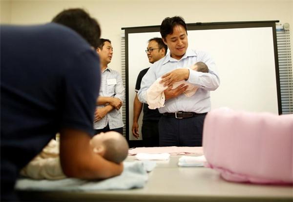 Trong ảnh là người đàn ông đã 42 tuổi. Anh hào hứng tham gia khóa học chăm con với hy vọng xây dựng được một gia đình hạnh phúc.