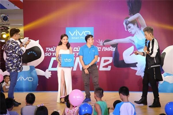 Kết thúc sự kiện tại Hà Nội, BTC đã tìm ra 3 khán giả may mắn để trao tặng phần quà là 3 chiếc điện thoại từ thương hiệuVivo Smartphone. - Tin sao Viet - Tin tuc sao Viet - Scandal sao Viet - Tin tuc cua Sao - Tin cua Sao