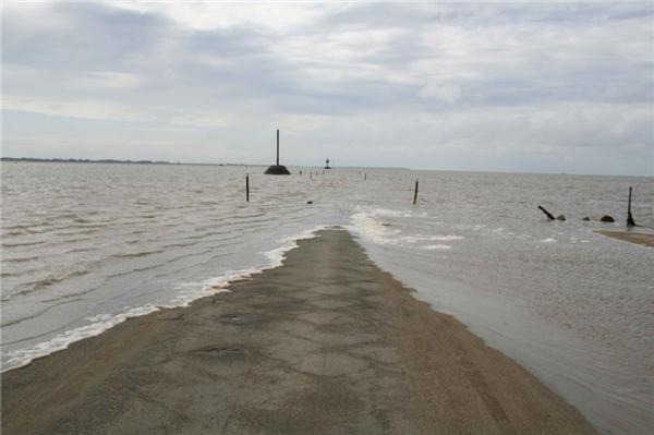 Passage du Gois là một con đường đắp chìm ở vịnh Bourgneuf, nối liền đảo Noirmoutier với đất liền của tỉnh Vendée, Pháp.(Ảnh: Internet)