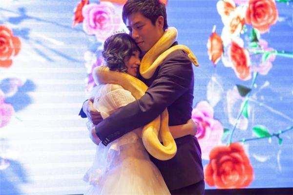 Đôi vợ chồng trẻ tặng nhau món quà gây choáng ngay trong hôn lễ
