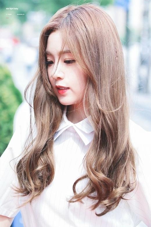 Đồng hạng với Krystal là cô nàng Irene đối lập hoàn toàn về phong cách với vẻ ngoài ngọt ngào và đầy nữ tính.