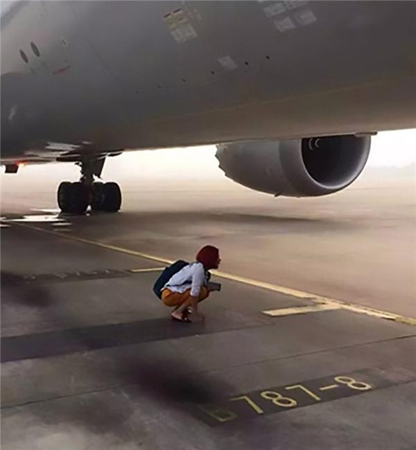 Người vợ đứng chặn ở phía dưới đường băng không cho máy bay cất cánh.