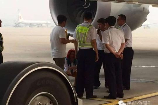 Bỏ ngoài tai lời cảnh báo an toàn của các nhân viên, người phụ nữlớn tiếng năn nỉ và ăn vạđể được lên máy bay.