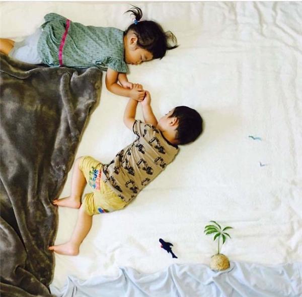 Có mẹ là nhiếp ảnh gia thì cả lúc ngủ, bọn mình cũng đặc biệt thế này