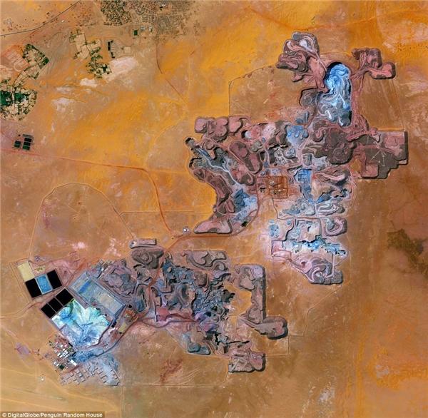 Các mỏ Uranium Arlit được chụp ởArlit, Niger. Các nhà máyđiện hạt nhân và vũ khí hạt nhâncủa Pháp phụ thuộc vào nguồn Uranium được khai tháctừ các mỏ Arlit với sản lượnghơn 3.400 tấn mỗi năm.