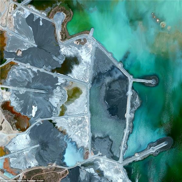 Đây là hình ảnh của các ao chấtthảitại mỏ Neves-Corvo, thành phốCastro Verde,Bồ Đào Nha.Kẽm,đồng và các kim loại cơ bảnđược khai tháctừ các mỏ và chất thải khai thác sẽ được đưa vào khu vực ao trũng này.Thông thường, vật liệu phế thải được bơm vào ao chất thải vàtrộn với nước để tạo ra bùn khoan.