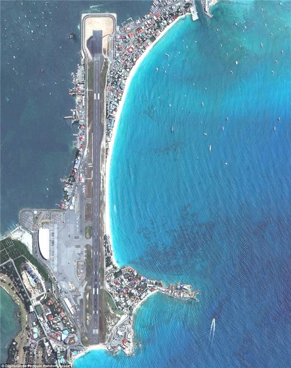 Sân bay Quốc tế Princess Juliana là sân bay chính trên hòn đảo Caribbean của Saint Martin.Sân bay này nổi tiếng với cáchtiếp cận Runway 10.Máy bay đến đâycó thểbay ở độ cao xuống thấpđáng kinh ngạc.