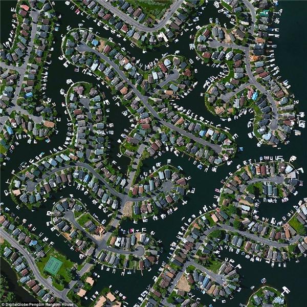 Tahoe Keys là khu vực dân cưtại El Dorado County, California.Được thành lậpvào những năm 1960, khu vực này bao gồm hơn 1.500 căn nhà được xây dựng trên một loạt các kênh nối qua hồTahoe.