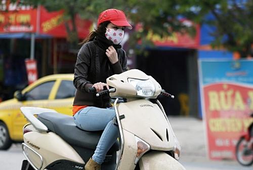 Đợt gió mùa này được coi là đợt lạnh đầu tiên tại Hà Nội, sau thời gian dài người dân chịu đựng cái nóng oi bức của mùa hè.