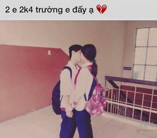 Đứng trước đám bạn, nữ sinh lớp 8 nhận lời tỏ tìnhbằng việc chủ động trao cho người bạn trai cùng lớp một nụ hôn ngọt ngào.