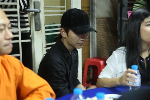 Kelvin Khánh đội nón để tránh sự chú ý của người dân - Tin sao Viet - Tin tuc sao Viet - Scandal sao Viet - Tin tuc cua Sao - Tin cua Sao