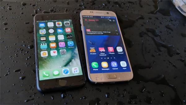 iPhone 7 và Galaxy S7 đều có khả năng chống nước. (Ảnh: youtube)