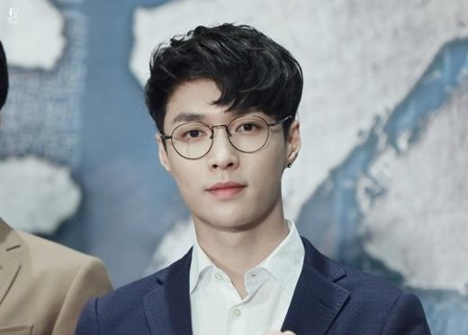 Kết hợp cùng mắt kính cổ điển, Trương Nghệ Hưng toát lên vẻ cuốn hút và lịch lãm với kiểu tóc này.