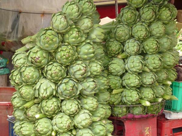 Nụ hoa atiso được bày bán ở khắp các chợ tại Đà Lạt.