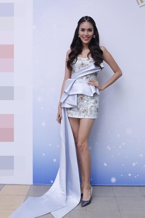 Tham gia một chương trình truyền hình giải trí với vai trò giám khảo khách mời, Lan Khuê xuất hiện vô cùng gợi cảm trong chiếc váy ngắn ôm sát của nhà thiết kế Đỗ Long. Giải vàng Siêu mẫu Việt Nam 2013 khoe khéo đôi chân dài miên man đáng mơ ước.