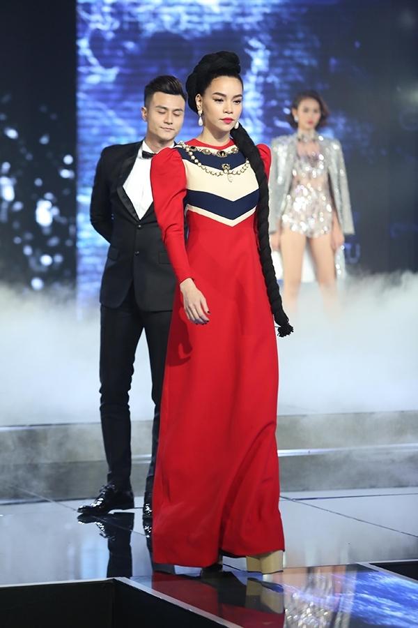 Gu thời trang của Hồ Ngọc Hà luôn là điểm nhấn thú vị khiến khán giả luôn chú ý trong mỗi lần cô xuất hiện. Trên sân khấu chung kết The Face Vietnam 2016, Hồ Ngọc Hà có phần mở màn ấn tượng khi diện chiếc váy đỏ kết hợp kiểu tóc tết châu Phi ấn tượng.
