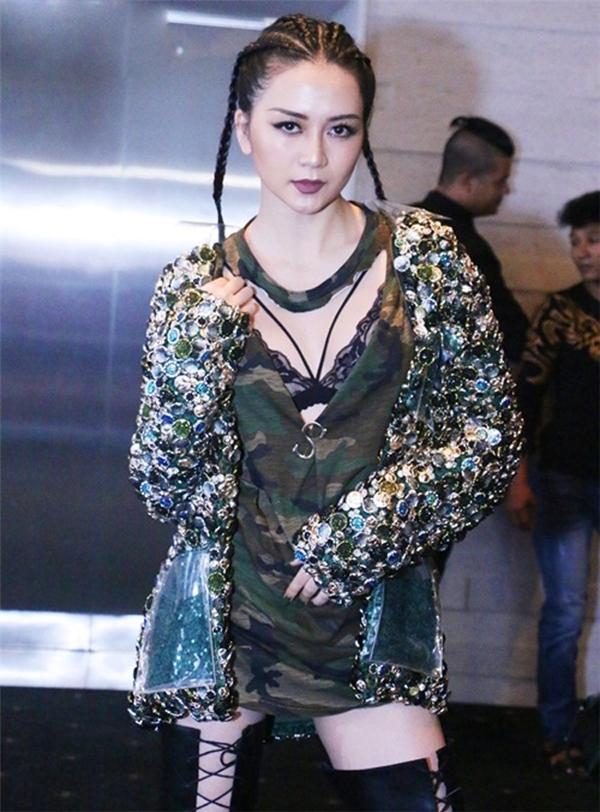 """Hình thể nổi trội, gương mặt góc cạnh cá tính đã giúp Lilly Nguyễn """"ăn đứt"""" Thiều Bảo Trang với bộ trang phục mang cảm hứng quân đội của Lê Thanh Hòa."""