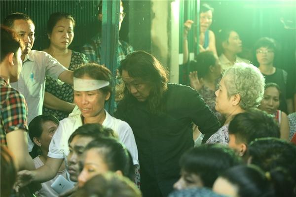 """Nhật Hào đã kịp trở về """"thăm"""" người anh em lần cuối.Trời bất ngờ mưa lớn khi anh vừa đến nhà Minh Thuận. - Tin sao Viet - Tin tuc sao Viet - Scandal sao Viet - Tin tuc cua Sao - Tin cua Sao"""