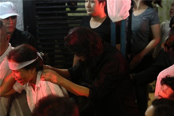 Anh được người nhà đưa vào trong để thắp nén nhang cho Minh Thuận - Tin sao Viet - Tin tuc sao Viet - Scandal sao Viet - Tin tuc cua Sao - Tin cua Sao