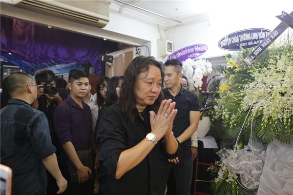Sau khi thắp nhang xong, người thân dẫn Nhật Hào lên thăm bố của Minh Thuận. - Tin sao Viet - Tin tuc sao Viet - Scandal sao Viet - Tin tuc cua Sao - Tin cua Sao