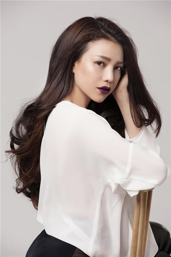 Nữ người mẫu trông vô cùng cá tính nhưng vẫn mềm mại quyến rũ với áo phom rộng phối quần short với 2 sắc màu trắng, đen tương phản.