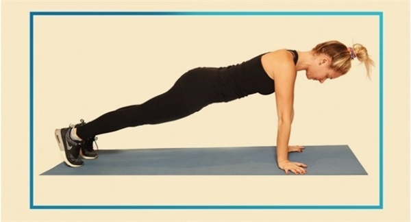 Tương tự với chống đẩy, bạn giữ cơ thể nằm sấp, hai tay mở rộng vừa phải vàtạo thành đường thẳng với vai trong khi hai mũi chân chống xuống làm trụ. Chú ý vai, lưng, mông thẳng hàng và giữ tư thế này trong 30 giây hoặc lâu hơn, siết chặt phần cơ bụng và duy trì nhịp thở đều. Hãy cố thử thách bản thân bằng cách nâng dần thời gian tập plank mỗi lần.