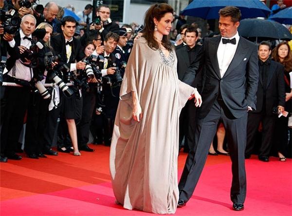 Brad Pitt trở thành mẫu đàn ông lý tưởng khi luôn sát cánh kề bên vợ yêu.