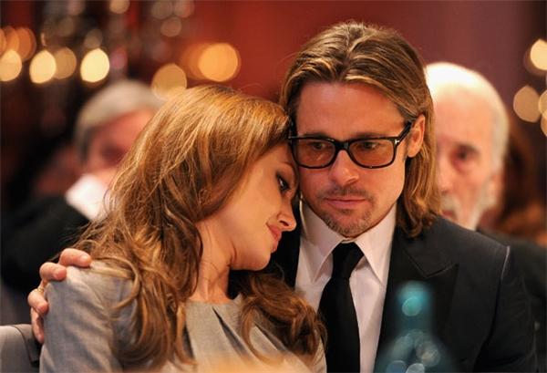Khoảng thời gian khó khăn nhất là khi Angelina bệnh tật, Brad Pitt luôn ở bên vỗ về an ủi, chăm sóc cho cô.